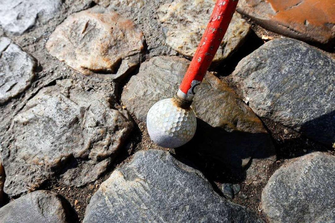 Ein kleiner Golfball am Blindenstock macht das Orientieren leichter.  | Foto: Thomas Kunz