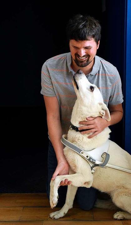 Ramon Kathrein mit seinem äußerst geduldigen Blindenhund Juli  | Foto: Thomas Kunz