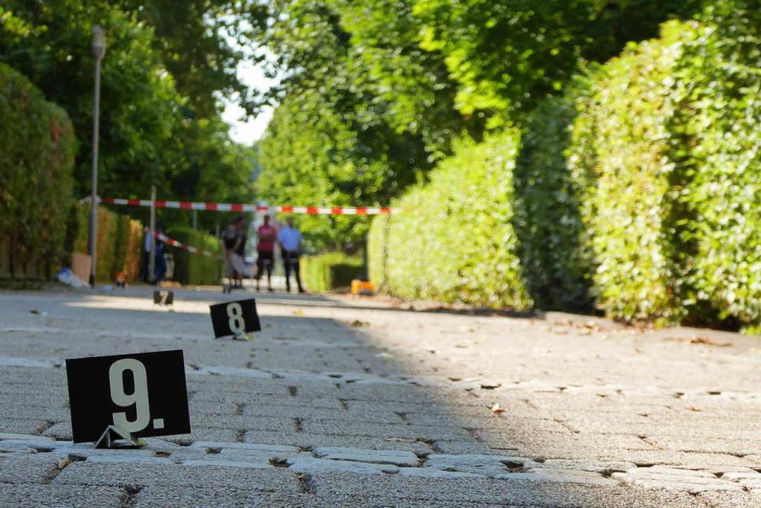 Die Polizei sichert Spuren des geflüchteten Täters in der Aenne-Burda-Allee.