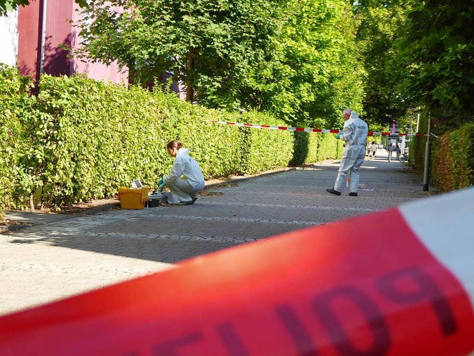 Die Polizei sichert Spuren des geflüchteten Täters in der Aenne-Burda-Allee.  | Foto: Helmut Seller