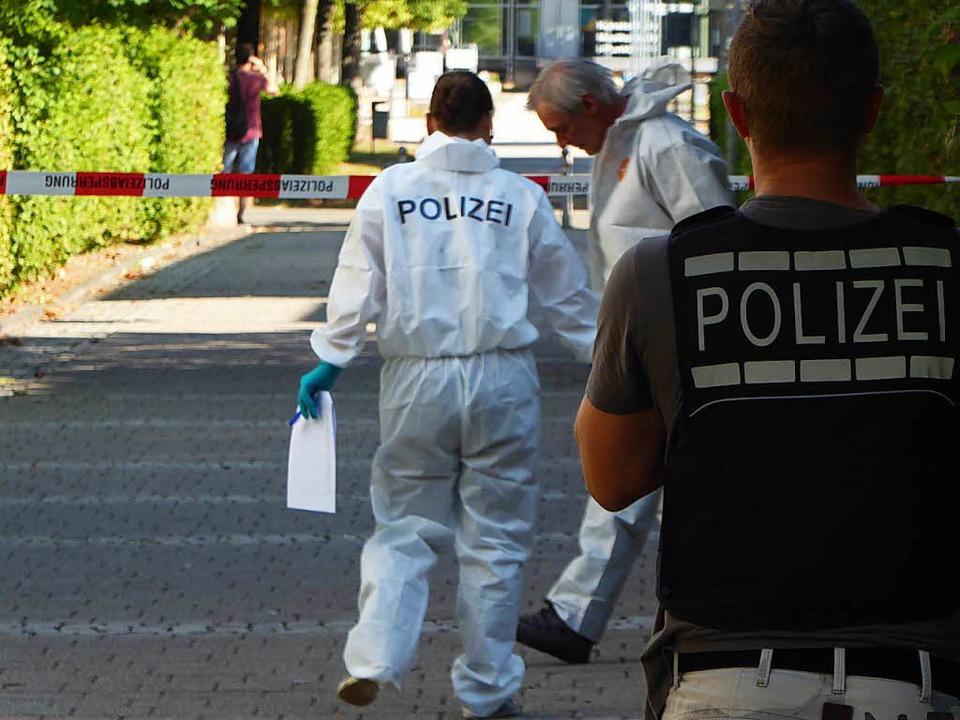 Unweit des Tatorts arbeitet die Spurensicherung.  | Foto: Helmut Seller