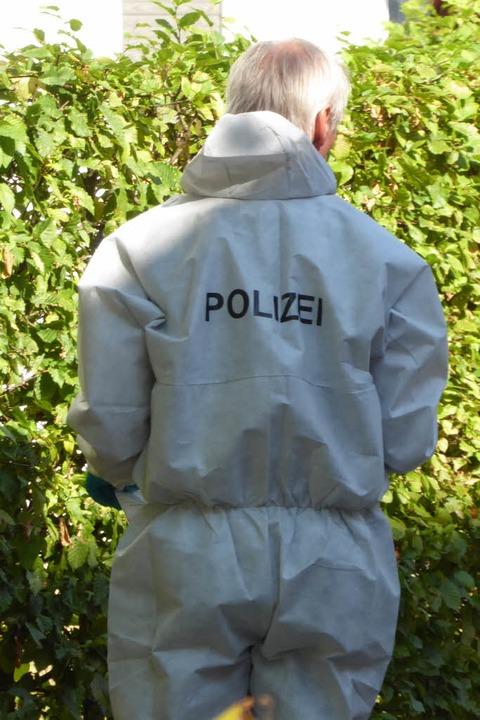 Polizisten bei der Spurensicherung  | Foto: Helmut Seller
