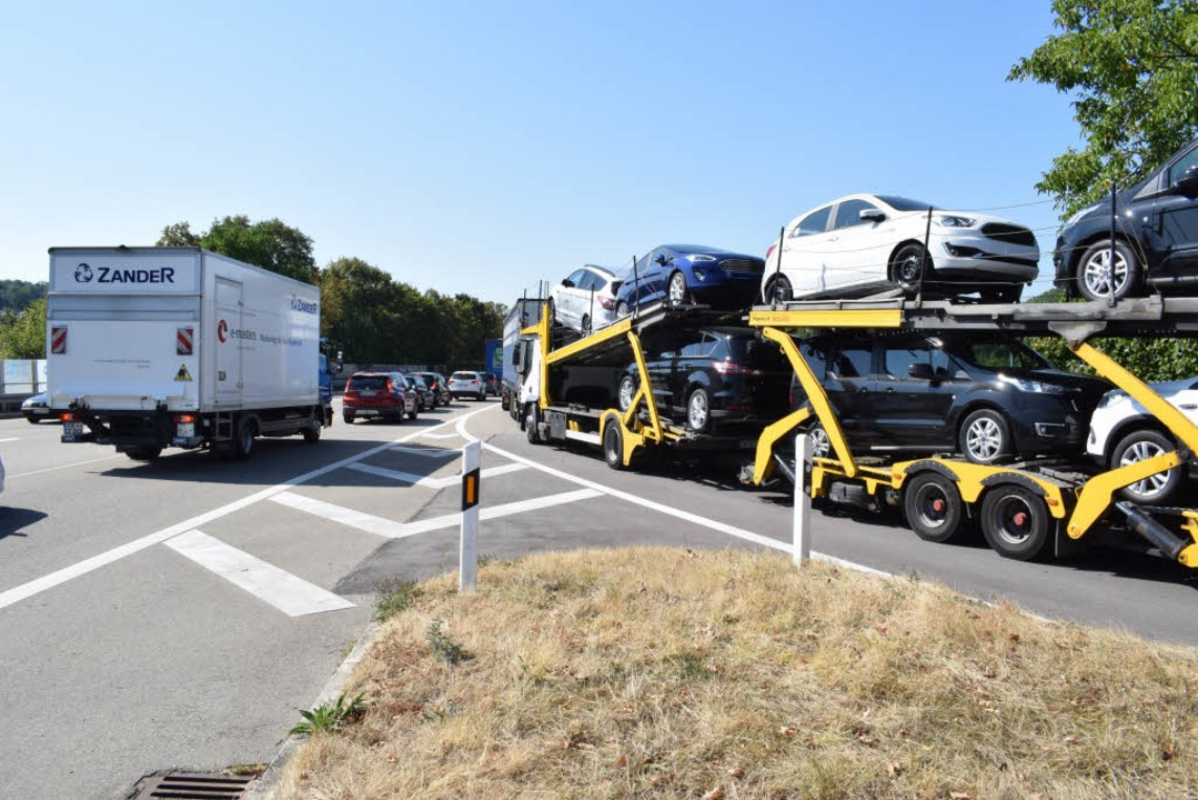 In Lahr stauen sich die Autos auf dem Zubringer B3  | Foto: Julia Trauden