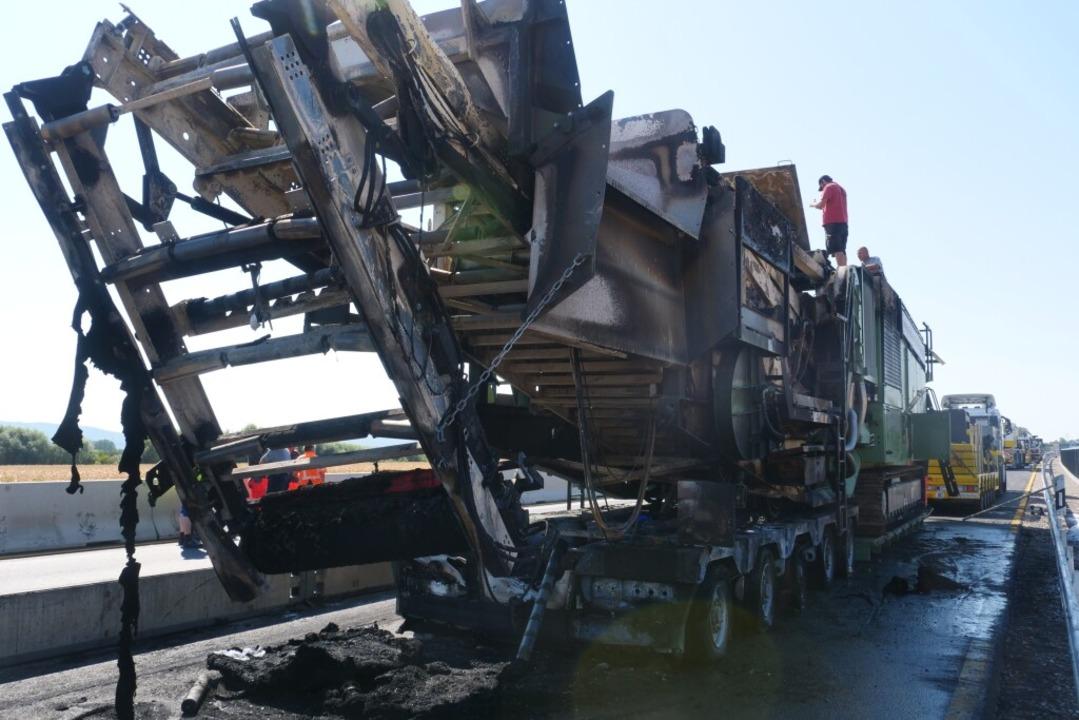 Der Transporter hatte einen mehr als 70 Tonnen schweren Steinbrecher geladen.  | Foto: Patrick Kerber