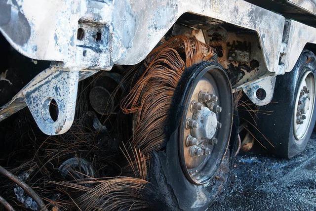 Video: Schwertransporter fängt Feuer auf der A5