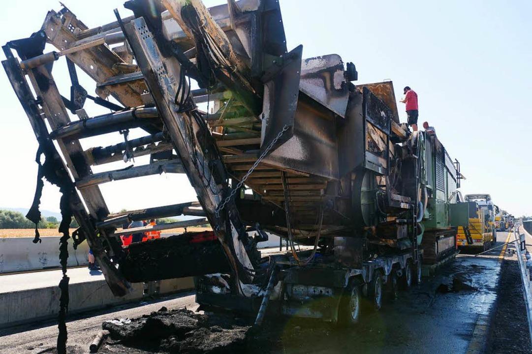 Komplett zerstört: der Auflieger des Lasters mit dem ausgebrannten Steinbrecher  | Foto: Patrick Kerber