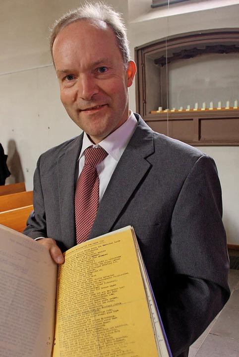 Im Archiv geblättert hat Bahlingens Pf...chrift gegen seinen Vorgänger Treiber.  | Foto: Christiane Franz