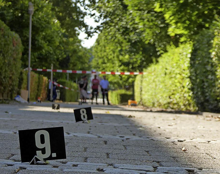 Der abgesperrte Tatort in der Offenbur...markiert, wo sie Spuren gefunden hat.   | Foto: Helmut Seller