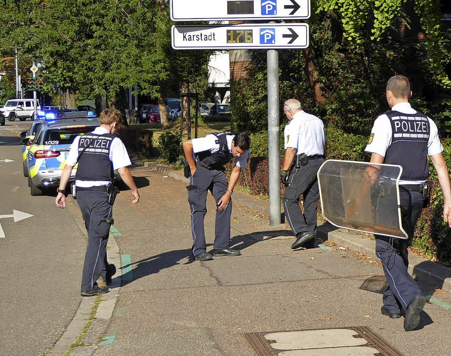 Auch entlang der Weingartenstraße such...lich haben sie ein Schutzschild dabei.  | Foto: Helmut Seller