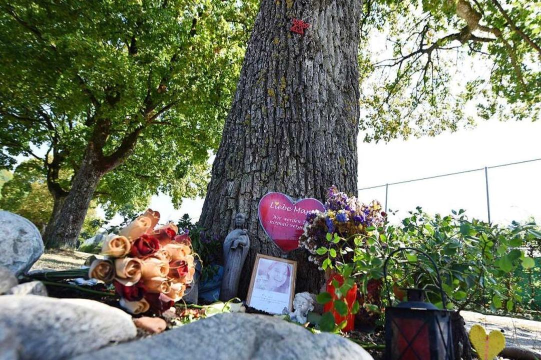 Am Ort des Verbrechens an der Dreisam erinnern Menschen an die getötete Maria.  | Foto: Rita Eggstein