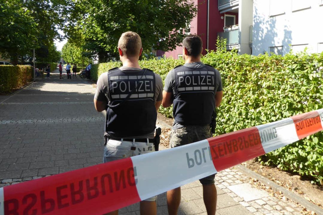 Polizisten sichern den Tatort in Offenburg.