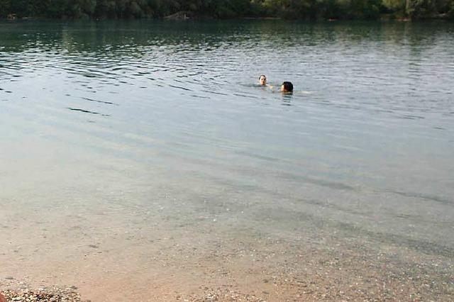 Frau wird am Baggersee rabiat
