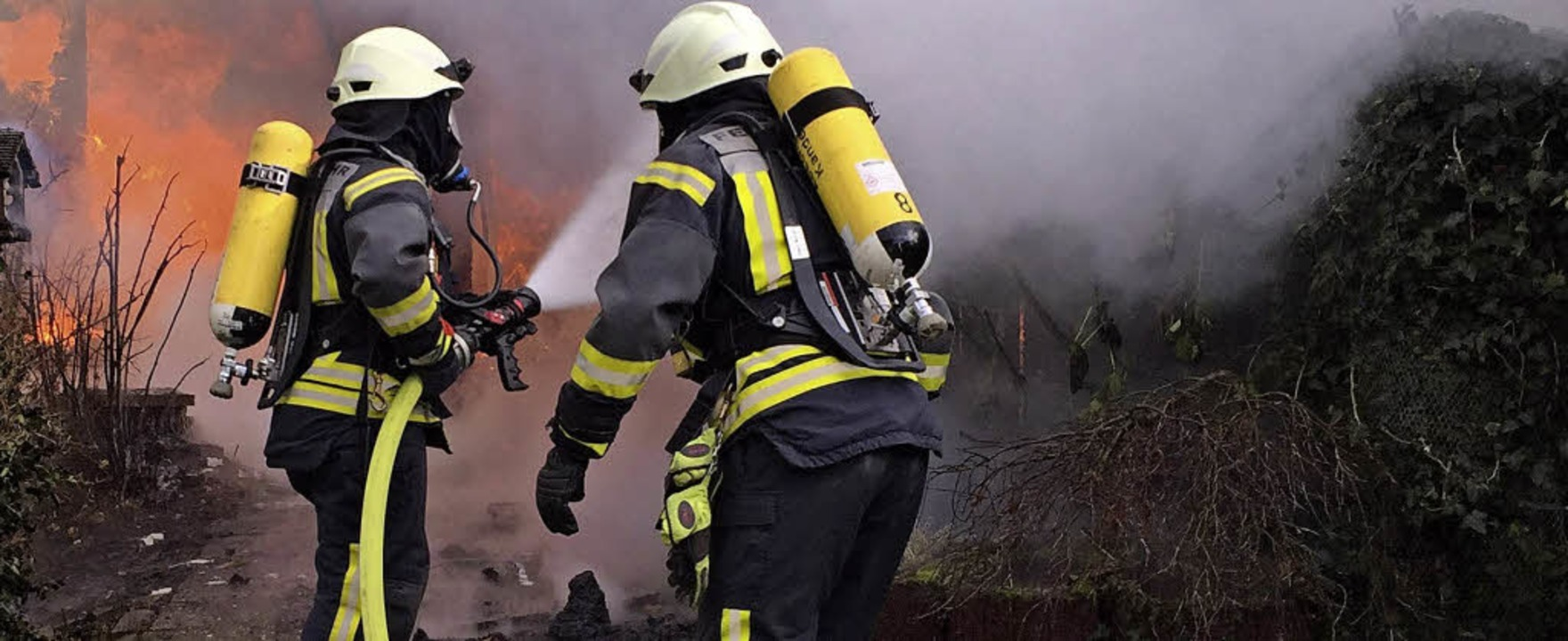 Dafür, dass die Feuerwehrleute im port...Feuerwehrleute bei einem Einsatz 2017.    Foto: Günter Lenke