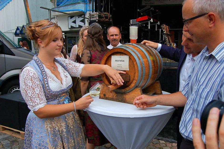 Erste Amtshandlung: Claudia Vetter beim Anzapfen des Eröffnungs-Fässchens. (Foto: Christian Ringwald)