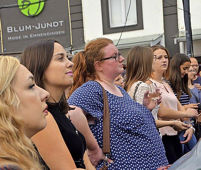 Viele Weinfest-Besucher verfolgten die Zeremonie auf dem Marktplatz.   | Foto: Walser