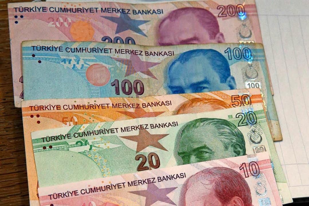 Hat massiv gegenüber anderen Währungen abgewertet: die türkische Lira.  | Foto: DPA