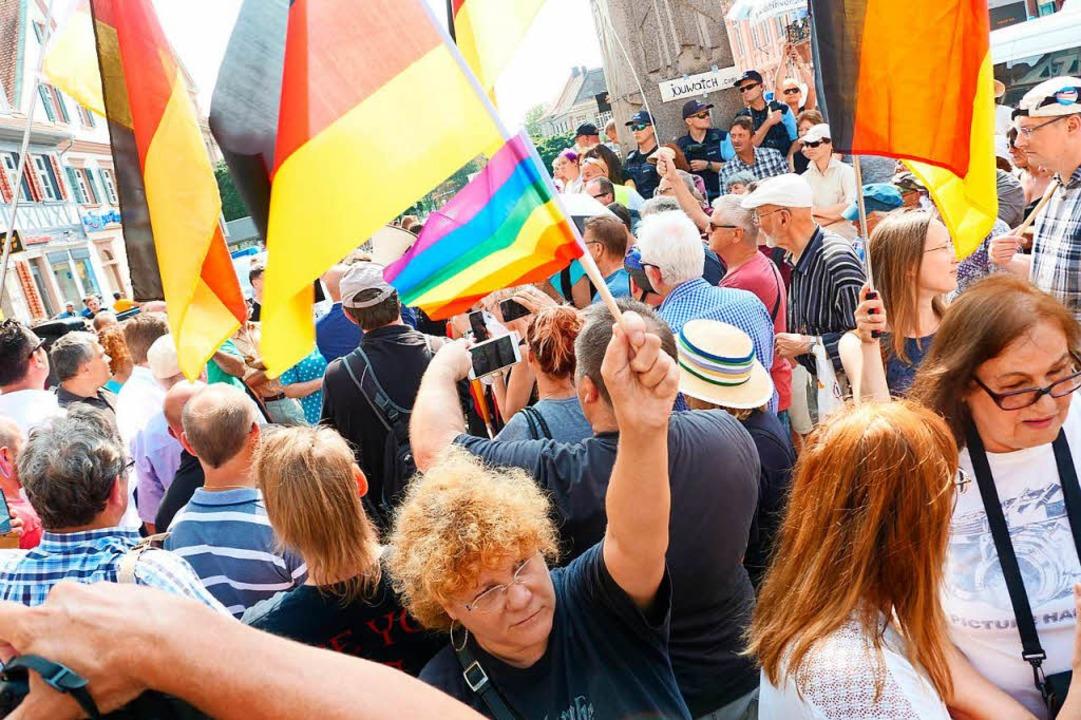 In Offenburg trafen 200 bis 300 AfD-An... eine ebenso große Gegendemonstration.  | Foto: Patrick Kerber