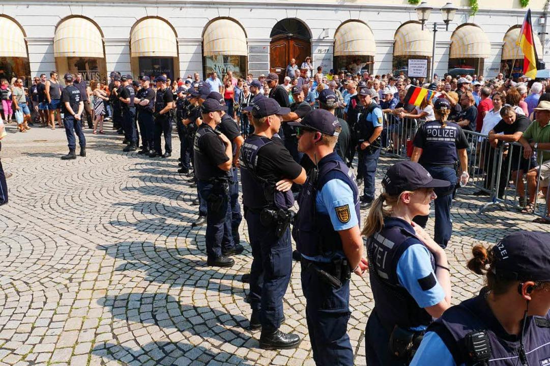In Offenburg trafen 200 bis 300 AfD-An...so große Gegendemonstration. Offenburg  | Foto: Patrick Kerber