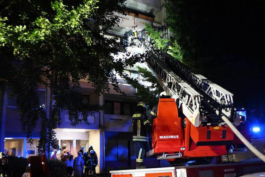 Die Feuerwehr löschte den Brand von außen mit Hilfe der der Drehleiter.  | Foto: Helmut Hassler