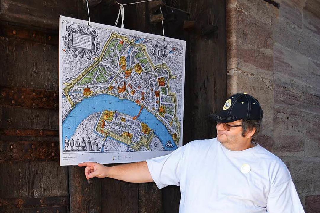 Eine kleine Luke konnte im Stadttor ge... wie Stadtführer Mike Stoll berichtet.  | Foto: Britta Wieschenkämper