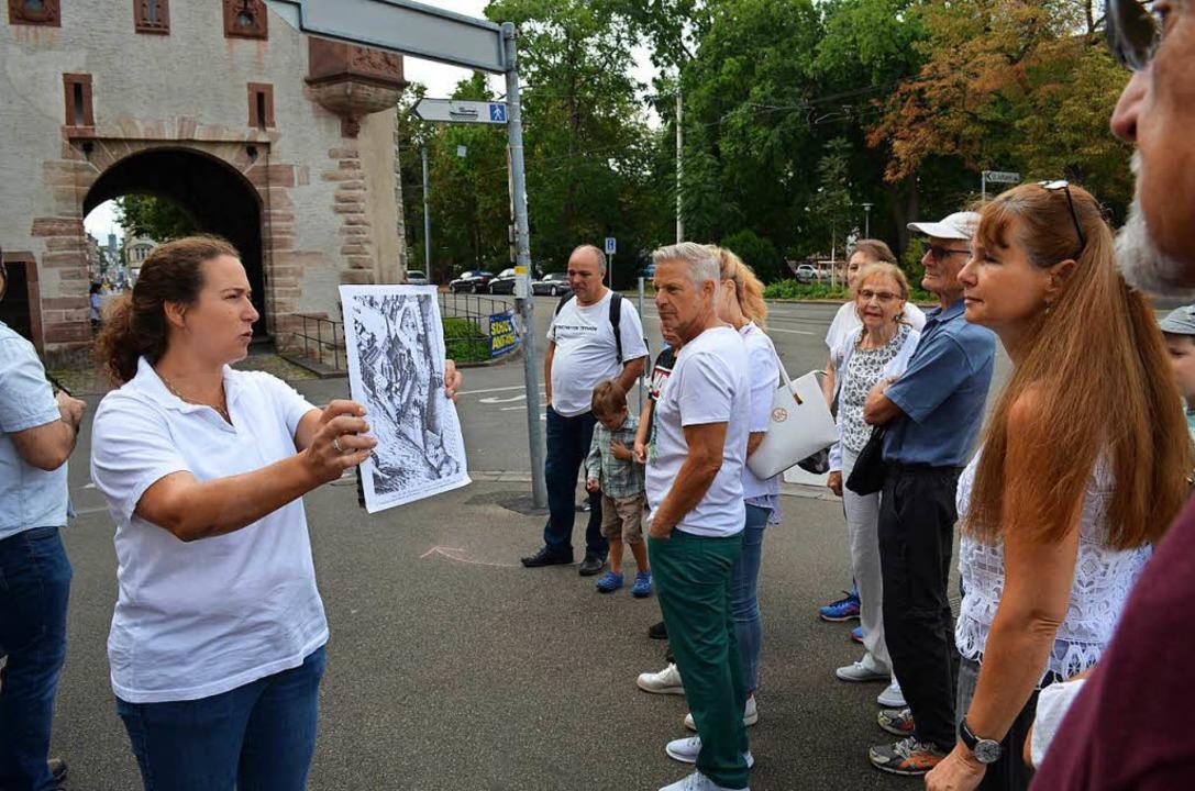 Stadtführerin Maja Reichenbach erzählt...chichte Basels und des St. Johanns-Tor  | Foto: Britta Wieschenkämper