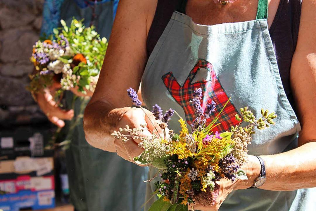 Das Altenwerk organisierte das Bündeln der Kräuterbüsche.    Foto: Erich Krieger