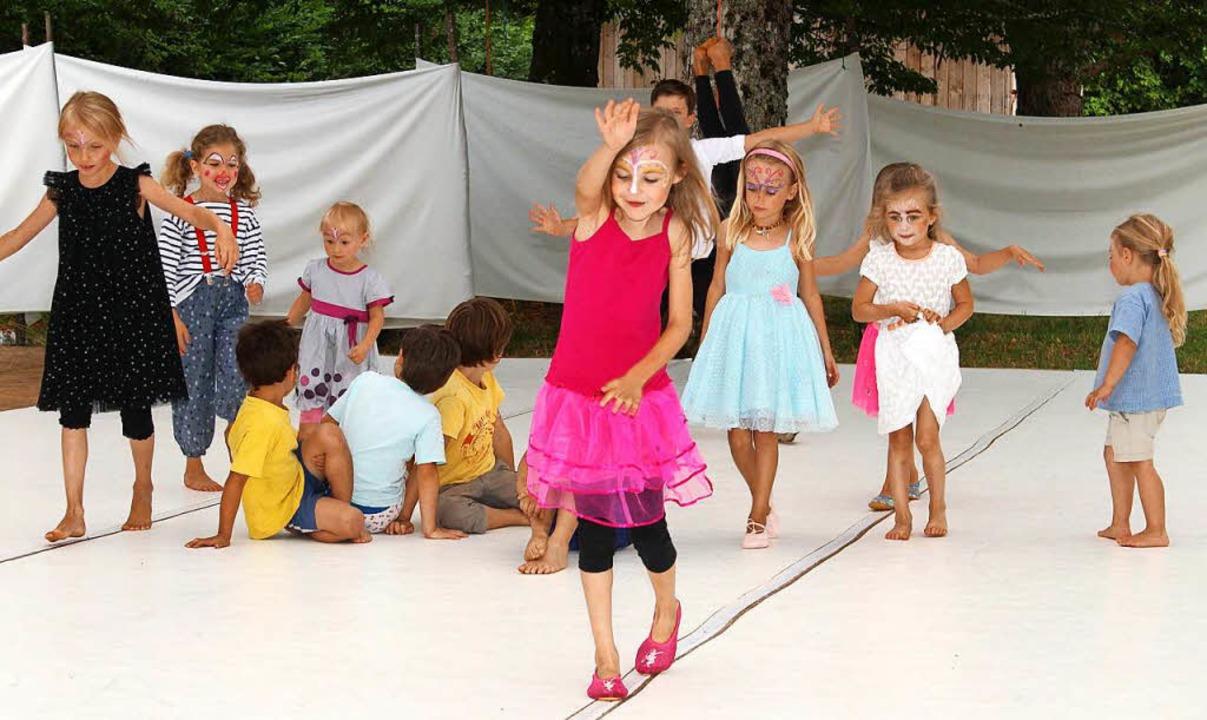 Bei der  Zirkus-Choreographie  gab es auch einen entzückenden Seiltanz.  | Foto: Heiner Fabry