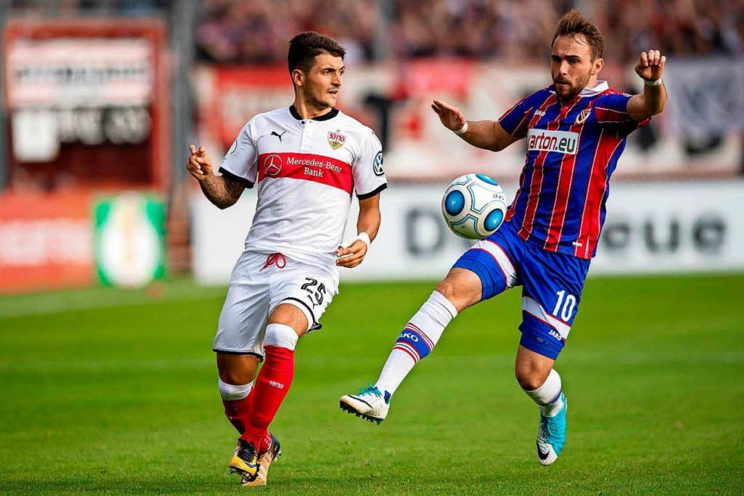 Fabio Viteritti (rechts) in Aktion, im August 2017 gegen den VfB Stuttgart.  | Foto: dpa