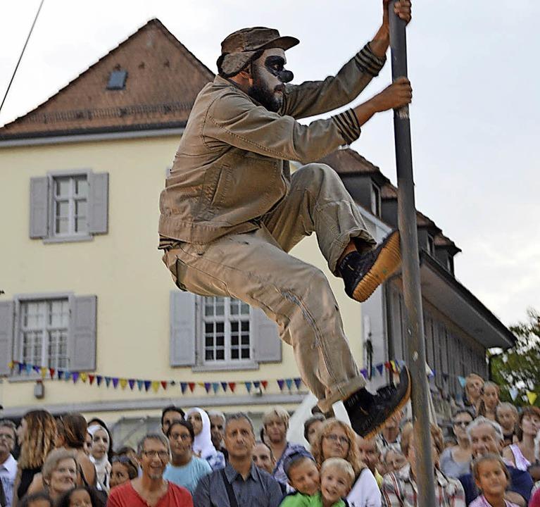 Paolo Locci klettert vor dem Haus Salmegg die Stange hoch.  | Foto: Horatio Gollin
