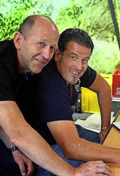 Bürgermeister Behringer und Rick Sauser verfolgen die Rangliste am Computer.    Foto: Wolfgang Scheu