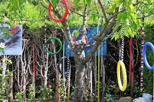 Die Kunstwerke hängen am Baum und stehen im Gemüsebeet