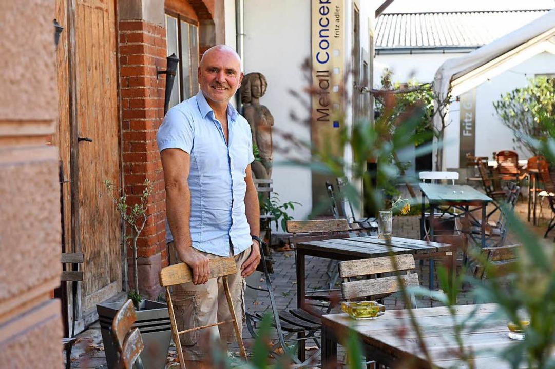Werkzeugmacher und Wirt Fritz Adler in seinem Hof mit Galerie und Gastronomie.   | Foto: Rita Eggstein