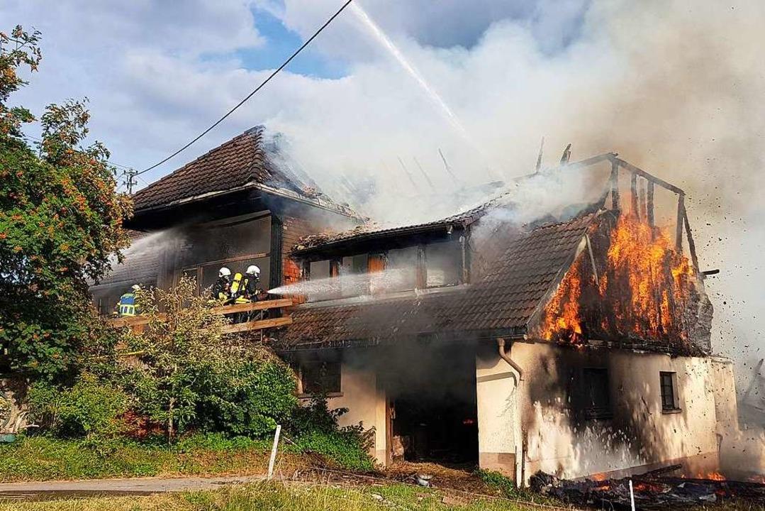 Das Feuer hatte im Juni Wohn- und Ökon...il des Bauernhauses schwer beschädigt.  | Foto: kamera24.tv