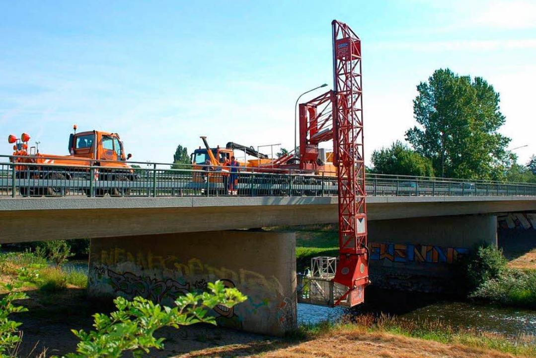 Die Kurt-Schumacher-Brücke im Klammerg...ögliche Mängel und Schäden untersucht.    Foto: Stadt Offenburg/Siefke