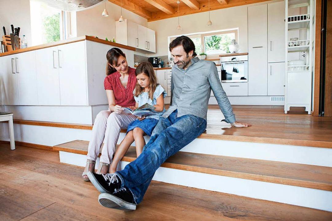 Ein Wohnraum ohne abtrennende Wände  w...effpunkt für die Familienmitglieder.      Foto: Rainer Berg (dpa)