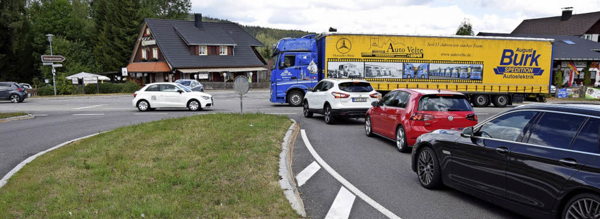 Jede Menge Verkehr herrscht am Kreuzun...ein Kreisel für Erleichterung sorgen?     Foto: Kamera 24