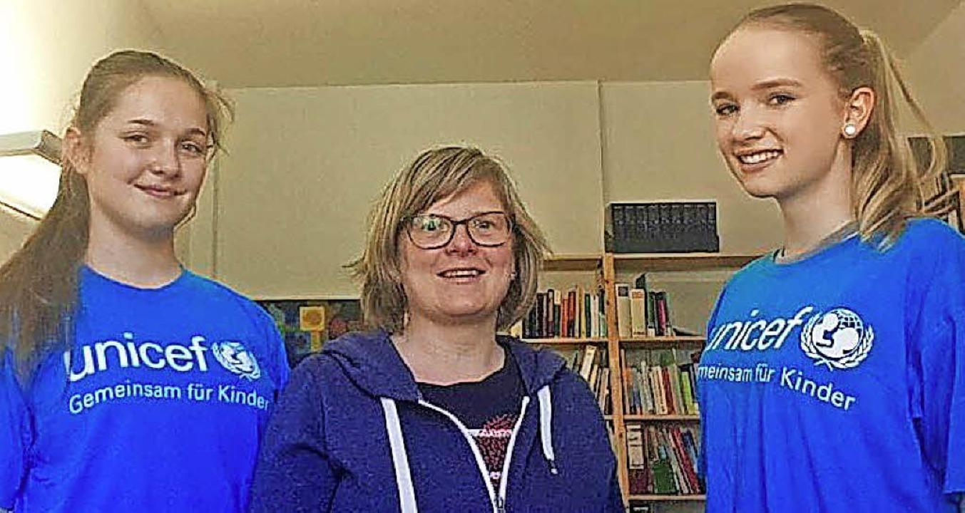 Ursula Stark (links) und Lisa Grassman...sprachen mit Pfarrerin Gudrun Mauvais.  | Foto: Unicef