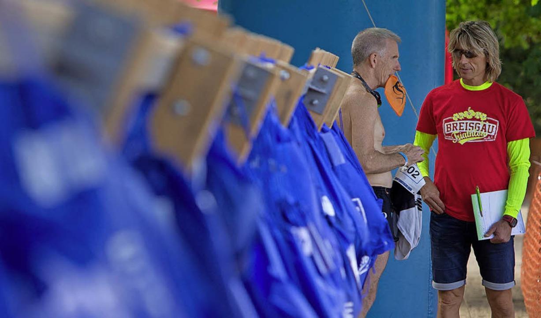 Helfer Klaus Zipse (rechts) im Gespräc...ren die Sportler ihre Ausrüstung auf.   | Foto: Patrik Müller