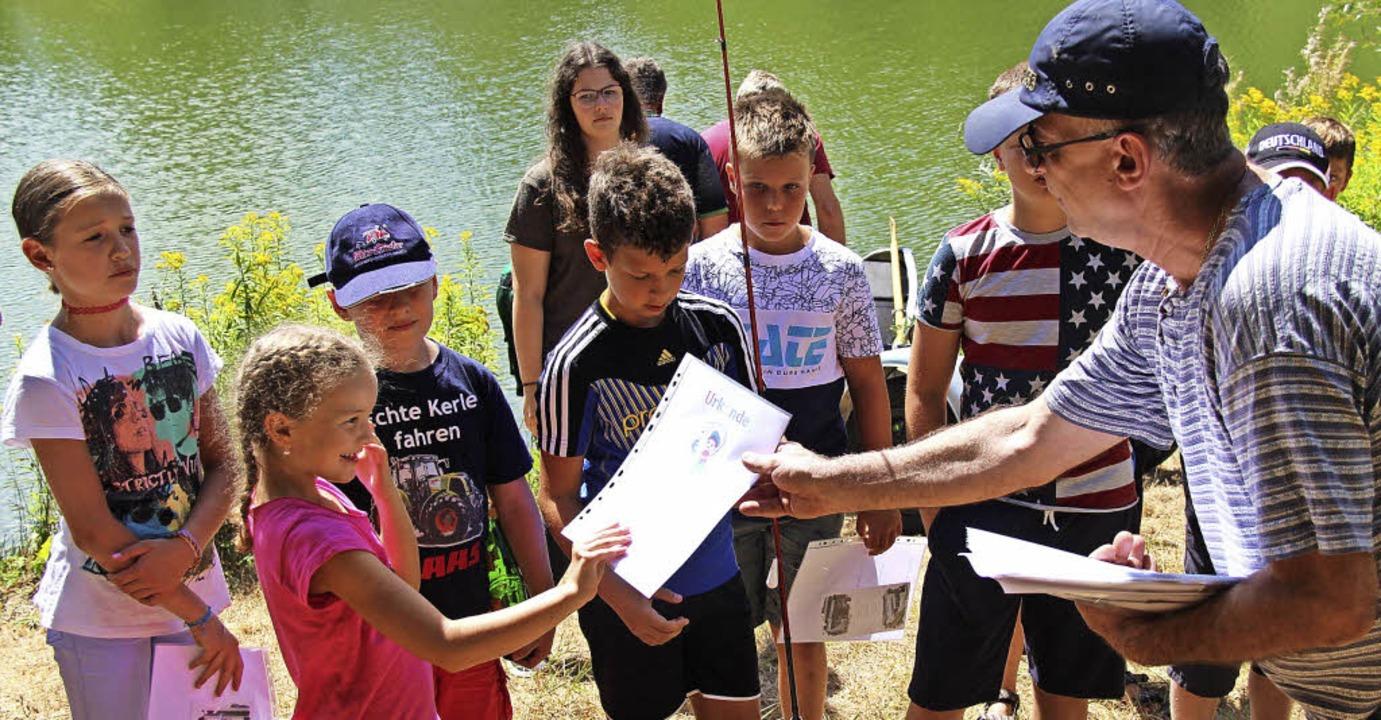 Die Kinder nehmen stolz die Urkunden e...Vorsitzende Daniel Riebsamen verteilt.  | Foto: Horst David