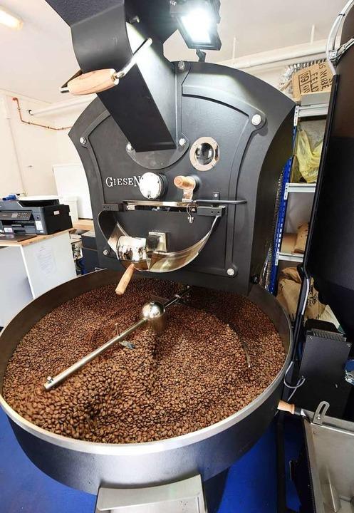Der Riesen-Röster macht aus Kaffeebohnen Kaffee.  | Foto: Rita Eggstein