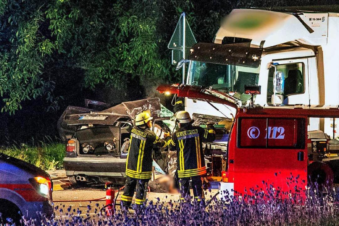 Der 20-jährige Fahrer verlor die Kontr...rachte in einen entgegenkommenden Lkw.    Foto: dpa