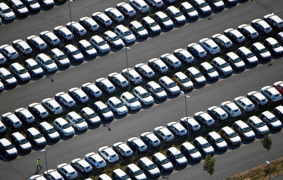 Nicht zugelassene Volkswagen auf demGe...neten Berliner Flughafens Schönefeld.     Foto: DPA