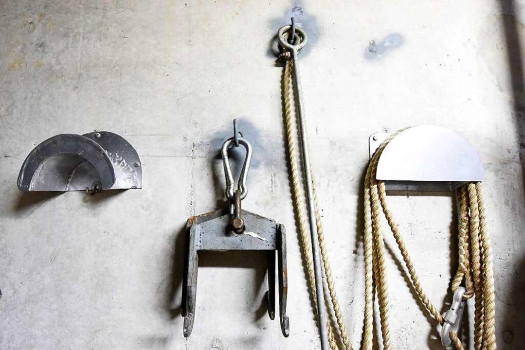 Im Vorraum zu den Speicherbecken hängt Werkzeug.  | Foto: Rita Eggstein