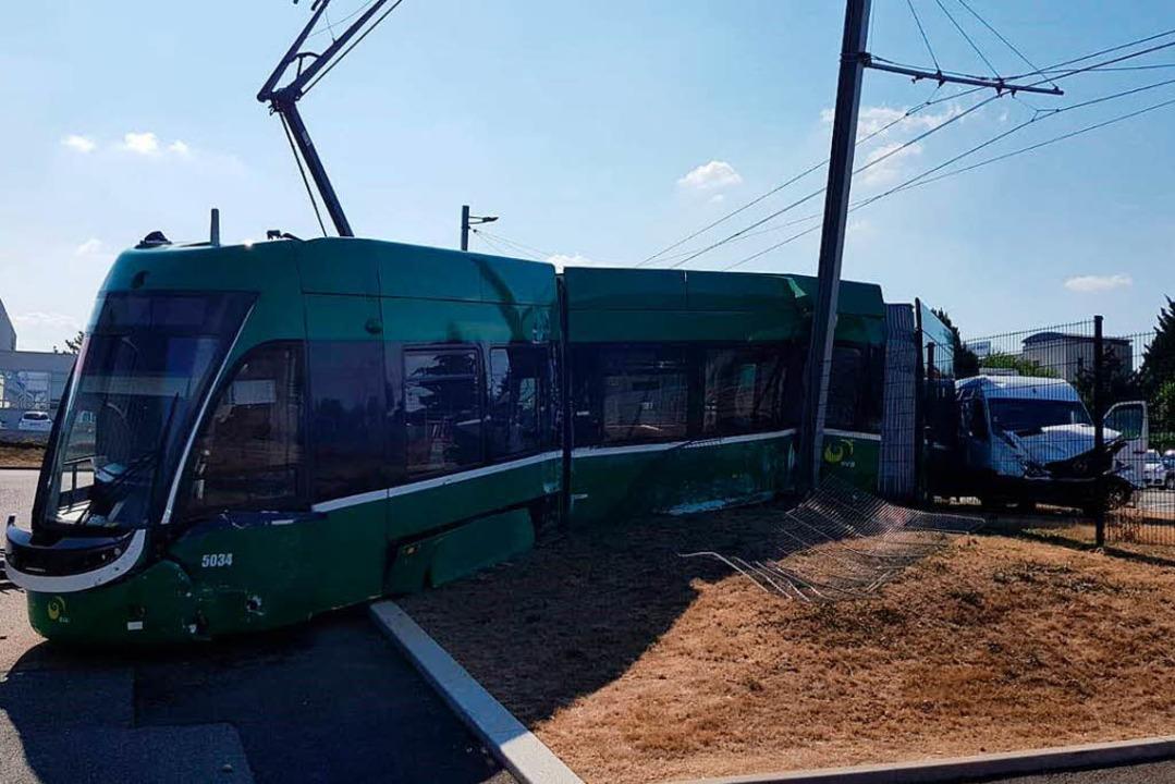 Ein Lastwagen kollidierte mit einer Tram.  | Foto: BVB