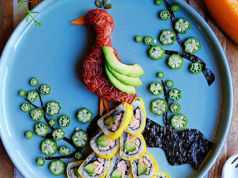 Für den Pfau färbte Tran Reis mit Rote... Federn bestehen aus California Rolls.  | Foto: privat