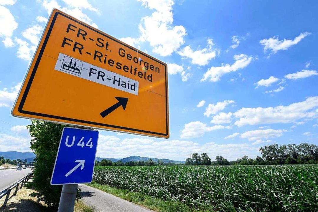 Auf der Ackerfläche hinter dem Ausfahr...entsteht das  Stadtviertel Dietenbach.  | Foto: Thomas Kunz