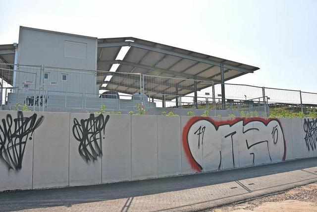Recyclinganlage mit Graffiti verunstaltet