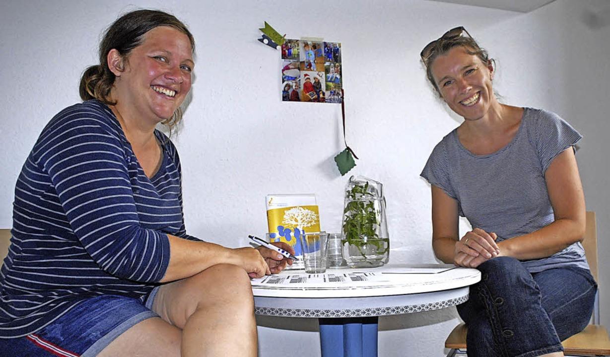 Karen Maywald (li) lässt sich von Leni...Suche nach einer Tagesmutter beraten.   | Foto: Stabla