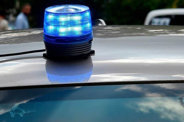 Autofahrer verursacht 1500 Euro Schaden und flüchtet