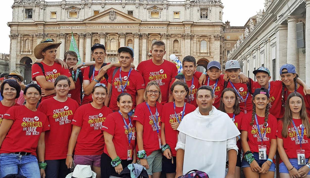 Die Bernauer Ministranten mit Pater Lukas auf dem Petersplatz   | Foto: privat